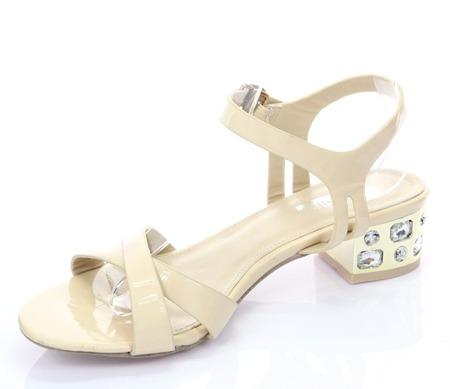 Beżowe sandały ze zdobionym obcasem Toqeryte - Obuwie