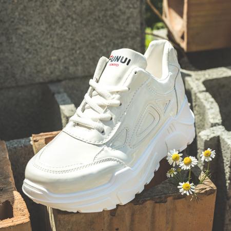 Białe lakierowane buty sportowe Holly- Obuwie