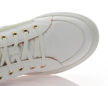 Białe sneakersy na koturnie w błękitne kwiaty   - Obuwie