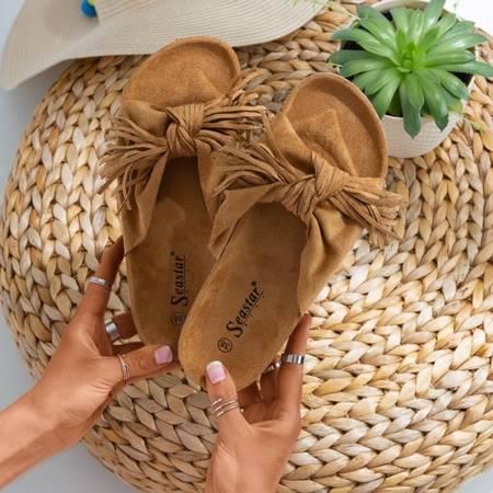 Brązowe damskie klapki z frędzelkami Amassa - Obuwie