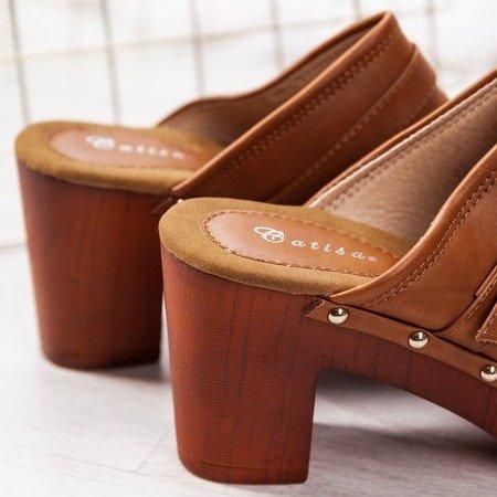 Brązowe klapki na słupku w stylu chodaków Kosati - Obuwie