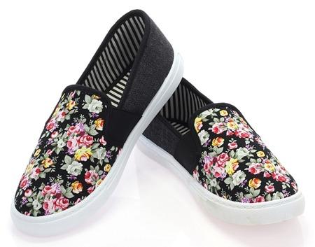 Czarne, sportowe tenisówki slip on w kwiaty - Obuwie
