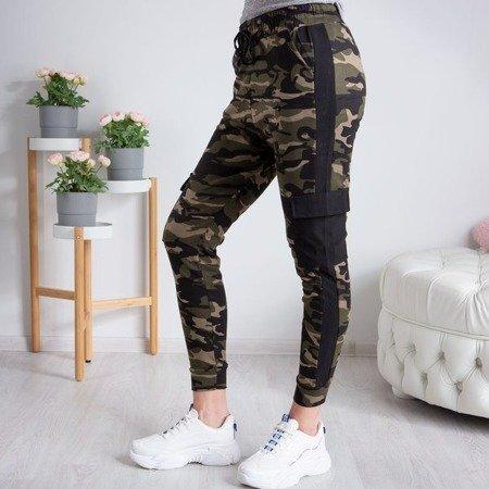 Damskie spodnie dresowe moro z czarną wstawką - Spodnie