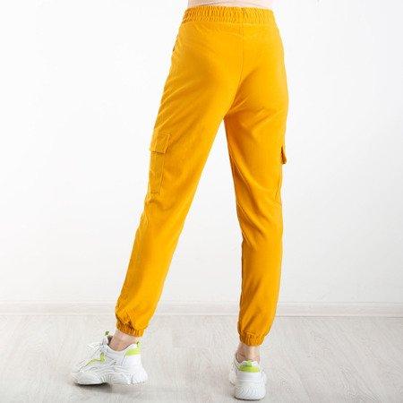 Musztardowe spodnie cargo z kieszeniami - Spodnie