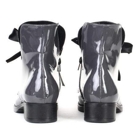 Szare, lakierowane botki - Obuwie