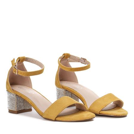 Żółte sandały na słupku z ozdobnymi cyrkoniami Olifa - Obuwie
